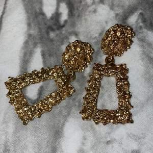 Jätte fina guldiga örhängen som aldrig kom till användning. KÖPAREN STÅR FÖR FRAKTEN!!💓