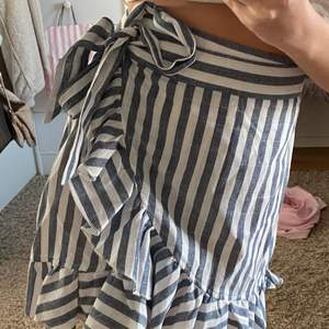 Randig kjol i fint material, kjolen har bra passform och är i fint skick💕