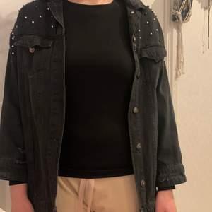 Jätte fin, skön svart jeans jacka. Gammal men knappt använd. Det finns pärlor på axlarna och inga har ramlat av.