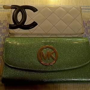 Säljer två plånböcker från Chanel och Michael kors ej äkta vet inte om Chanel är det har fått av en en vän