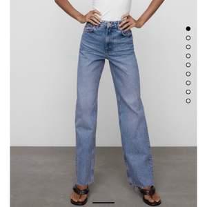 Sjukt snygga blåa zara jeans! Aldrig använda och i storlek 36!! Sitter sjukt bra!!