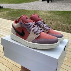 """Säljer dessa Jordan 1 Lows """"Canyon Rust"""". Helt nya och oanvända. Snygga skor nu inför sommaren! Köpta ifrån Zalando och orderbekräftelse finns. Fraktas på köparens bekostnad eller möts i Gävle."""