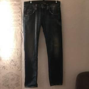 ett till par lowrise jeans från märket RARE i storlek 27. Super enkla att matcha med andra plagg och en riktig pärla att ha garderoben. Mjukt och bekvämt material :) Skriv vid frågor !