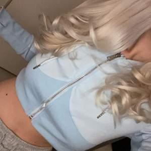 En av mina favorit hoodies, den är i en babyblå färg och är cropad🦋
