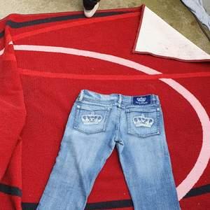 Säljer min söt, trending och stylig långmidjade bootcut jeans från Victoria Beckham som stretcher. Den är I mycket bra skick och ser ut fint.användade 3 dager Säljer den eftersom den är små till me.passar 29- 32.finns fler bilder. Köpare står på frakt och bud ligger från 900