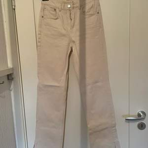 Säljer mina knappt använda Jeans från pull&bear då de är för små för mig. Passade mig som storlek XS/S. Köpare står för eventuell frakt🥰💕