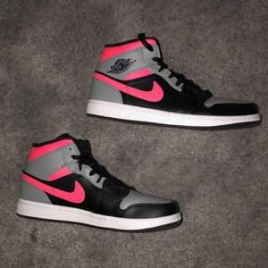 AIR JORDAN 1 MID - Höga sneakers. Knappt använda, storlek 42. Köparen står för frakt.
