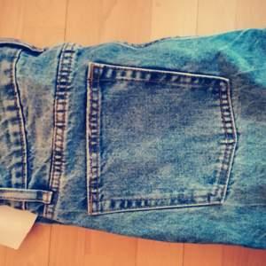 Monki, vida raka jeans, Strl 29.. Lämnade in dem för uppläggning så de nu når ner till golvet precis, jag är 1,60 cm. Knappar. Riktigt snygga men har gått upp i vikt. PRETTYLITTLETHING Boyfriend jeans Light wash. Strl 38 men väldigt små i midjan, mer som en liten strl 36. Tapered. JUSTFAB Momjeans i riktigt snygg tvätt. Små i midjan. Strl 27 men kommentarerna sade ta 2 storlekar mindre ;). Extremt snygga! Vero Moda ankellånga tapered normal midja, stretch utan att töja sig. Snygg tvätt. Buda!