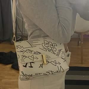 Mellan stor hand väska i fuskläder, en längd på banden. Knappt använd men väldigt snygg modell