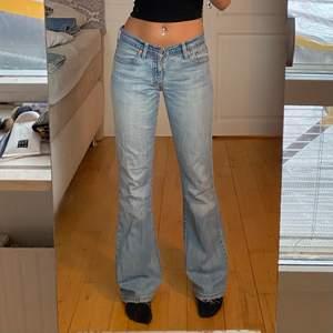 lågmidjade jeans från levis, sitter asbra. midja 76cm o innerben 81, jae ca 165. KÖP DIREKT FÖR 750!