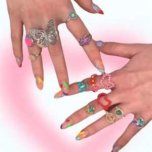 En del ringar är köpta och andra gjorda av mig! 1 för 7kr, 2 för 10kr, 3 för 15kr osv.