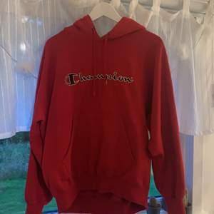 Fin champion hoodie i M har själv xs/s o den är ganska oversized på mig, fint skick lite slitningar i sälen vid armhålan annars så gott som ny