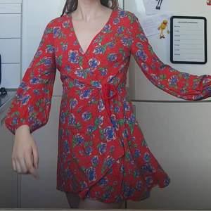 """Blommig """"klänning"""" med insydda shorts. Ganska kort! Säljer då jag har flera liknande klänningar, men annars jättefin och i bra skick. Buda vid intresse - allt ska bort!❤️"""