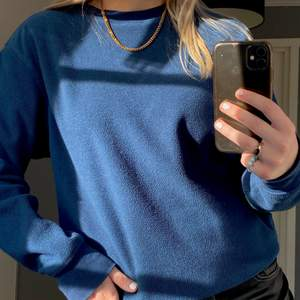 Mörkblåa sweatshirt i ett fleece material som är superskön! Går att ha till mycket, frakt tillkommer🤍