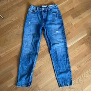 Bershka mom Jeans med lite små revor i designen. Storlek eur 36. Har används 2 gånger. Köptes för ca 300kr, buda från 80kr + frakt. Skriv privat om mått och frågor💞 Dem är inte lika blå som på dem 2 första bilderna. Pris kan diskuteras