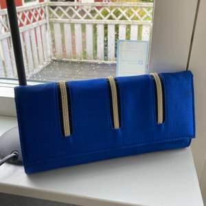 Jättefin blå väska med guldkedja som axelrem. Köpte den i LA för 70 dollar år 2019 och den är aldrig använd. Fyllningen och fuktreduserarna finns kvar💗