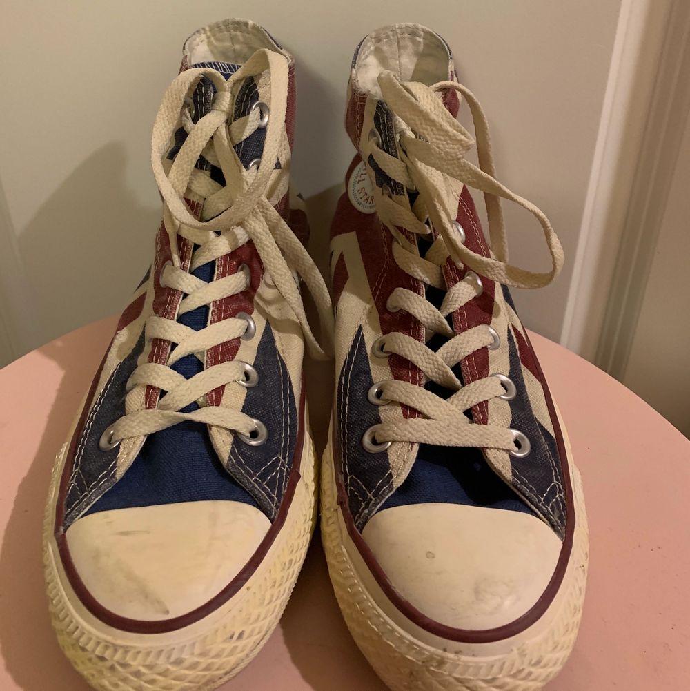 Säljer dessa Converse i storlek 38 med ett coolt mönster på. Skorna är använda men efter en tvätt så ser dom nästan ut som nya. Kan tvättas innan postningen eller så får köparen tvätta skorna. Dom är väl använda men är inte trasiga någonstans alls.. Skor.