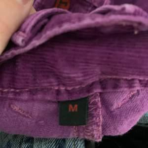 Jag säljer mina lågmidjade lila Levis byxor i Manchester tyg. Dom är i storlek M men passa även S om man har ett skärp i midjan. Dom har väldig fina fickor på framsidan och är bra längd.