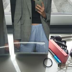 Rutig svart och vit blazer från Zara i storlek M. Köpt 2019 i en större storlek så den ska vara en oversized fit och blazern är endast använd två gånger. Högst bud får köpa blazern och köparen står för frakt!