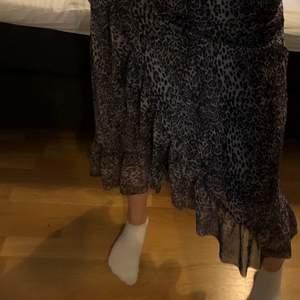 Lång kjol i leopard mönster med omlott detalj framtill <3
