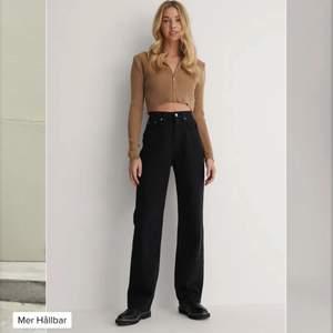 Säljer nu mina jeans från nakd då dem ej passar längre. Det är svarta jeans med hög midja och vida ben. Ordinarie pris på jeansen är 499kr men jag säljer dessa för 369kr inklusive frakt!☺️