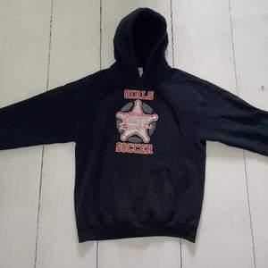 Skick 9/10.                                                                         Väldigt fin hoodie med fräscht tryck från North Rangers.