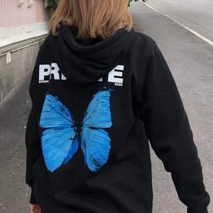 """""""Blue butterfly emoji """" hoodie från A'private, som ny då den knappt har använts 😇 skriv vid intresse eller frågor ;)"""