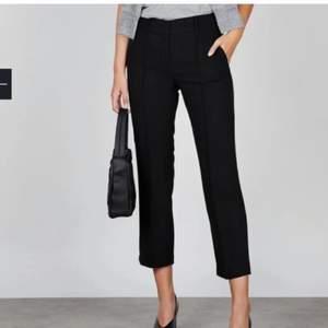 Svarta kostymbyxor i storlek M från stylein. Knappt använda, vid 5 tillfällen bara så fortfarande i väldigt fint skick! Modellen heter Ben. Nypris ca 1500:-. Köparen står för frakt!