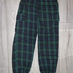 Ett par grön/blå byxor från SHEIN med fickor på båda sidorna av benen🤍