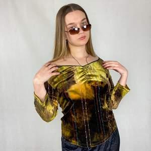 En jättefin unik långärmad tröja, lapperna med märket, storlek och materialet är bortklippta. Velvetliknande material. I toppenskick! Skulle säga det är en Medium. Spårbar frakt på 66kr är inräknad i priset.