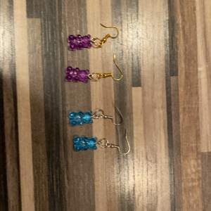Ett par örhängen kostar 7kr ett armband kostar 10 kr ett halsband kostar 20kr 🦋🥰