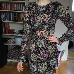 Mönstrad fin klänning med volanger på ärmarna! Hör av dig för frågor💘