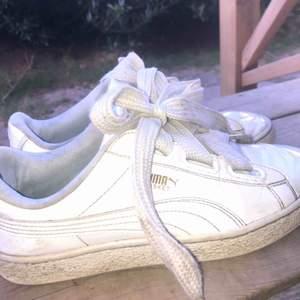 Vita glansiga skor från Puma i storlek 40
