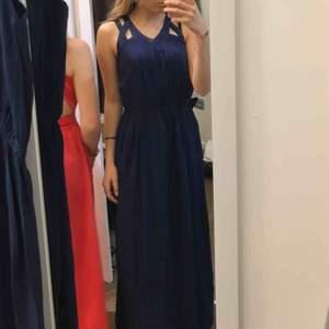 Här är ännu en finklänning anpassad till lite finare tillfällen. Plagget är marin/mörk blå. Klänningen kommer från NA-KD och nypriset är 600kr. Plagget är helt nytt och jag har aldrig använd den.🥰