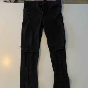 Svarta slitna jeans från Cheap Monday. Riktigt fina byxor!