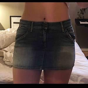 Kort jeanskjol från Replay i perfekt skick! Frakt ingår i priset!