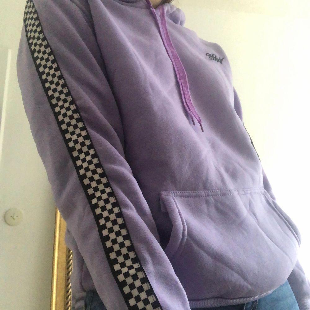 Asfet hoodie med chackmönster längst båda ärmarna. Helt oanvänd pga den är inte riktigt min stil. Den är jättevarm o mysig. Köparen står för frakten.. Huvtröjor & Träningströjor.