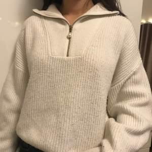 Stickad tröja med blixtlås krage från HM. Skriv om du har någon fråga eller är intresserad💕