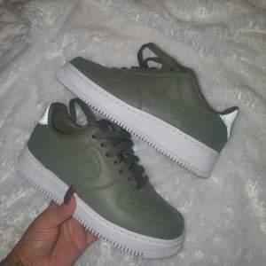 INTRESSEKOLL på mina NikeLab olive skor i storlek 36,5 (LIMITEDEDITION) köpta för 1300 kr som ni ser på bilden så är de så gott som nya! Använda 1 gång Pma för fler bilder, helt slutsålda går ej att köpa längre !