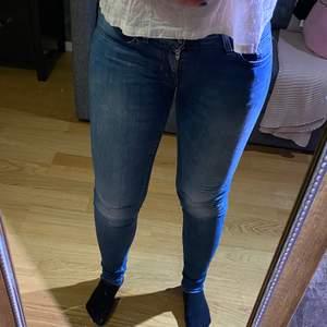 Superfina ganska low-rise jeans från Tiger. I riktigt bra skick, tyvärr har de blivit lite för små för mig!