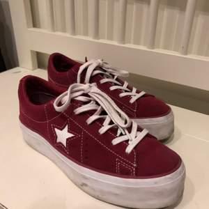 Converse one star platform suede ox. De är i läder och en mörk lila/röd färg. Använda ungefär 5 gånger så iprincip oanvända. Nypris: 1000 kr