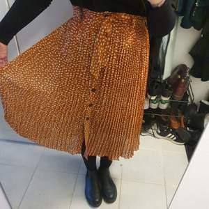 Fin kjol från monki i storlek S