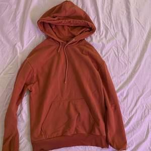 Korallfärgad hoodie i bekvämt tyg. Hoodien är från Carlings och märket /STAY. Storleken säger M. Originalpris 299kr.