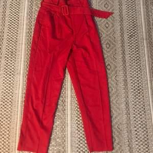Säljer min röda kostymbyxor från HM😊 Dom är ca 3 mil för korta i benen för mig som är 175cm så jag skulle säga att dom passar perfekt till någon runt 1,60!! Dom är i super bra skick och endast använda på julafton förra året😃😃