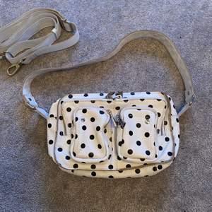 En skit snygg och unik väska från Núnoo. Finns ej att köpa längre. Den är jätterymlig och man får plats med allt. Sparsamt använd, den är i mycket fint skick. Nypris ca. 1300kr