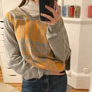 Fin v-neck tröja med oranget mönster på, tyget är rätt tunt. Säljer då det inte riktigt är min stil längre! (Frakt ingår ej)💓