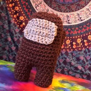 Handgjord Plushie ur acryl/ull garn. 23x12x12 (cm). I brunt färg 🤎✨
