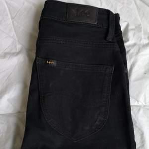 Supersnygga stretchiga jeans från Lee. Mycket smickrande modell.   Modell: scarlett high. Knappt använda.