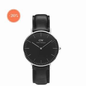 Säljer min Daniel Wellington klocka i svart ur läderband. Uret är i mellan storleken, den är i använder men fint skick! Pris går att diskutera vid snabbt köp!