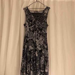 Jättefin klänning från desigual, använd endast ett fåtal gånger💐